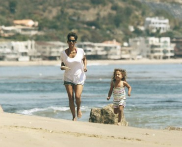 Halle Berry's Malibu Beach Home playing with daughter Celebrity Homes Celebrity Homes – Halle Berry's Malibu Beach Home Halle Berrys Malibu Beach Home playing with daughter1 371x300