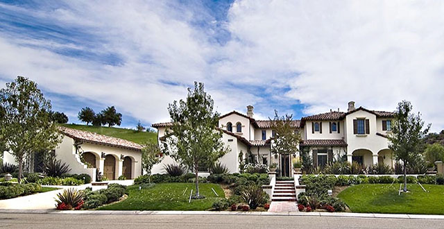 """Inside Celebrity Homes: Khloé Kardashian""  Inside Celebrity Homes: Khloé Kardashian's Calabasas Home featured"
