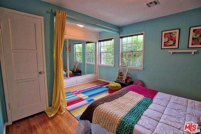 celebrity-homes-inside-debbie-reynoldss-childhood-home-10