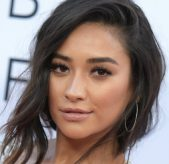 How to Decorate the Office Like Shay Mitchell