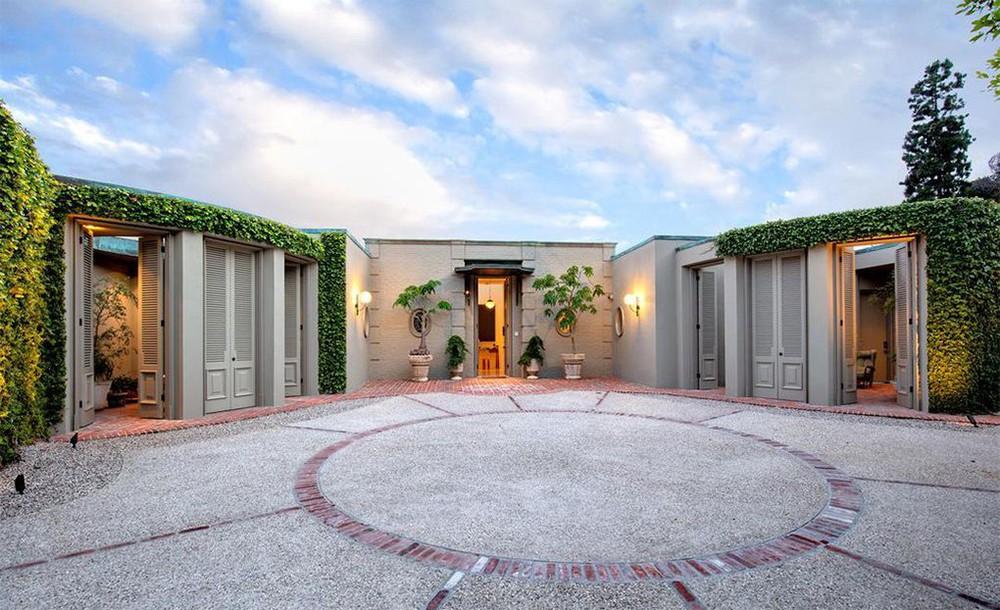 ellen degeneres Ellen DeGeneres and Portia de Rossi sold aBeverly Hills Mansion Ellen DeGeneres and Portia de Rossi sold a Beverly Hills Mansion 1