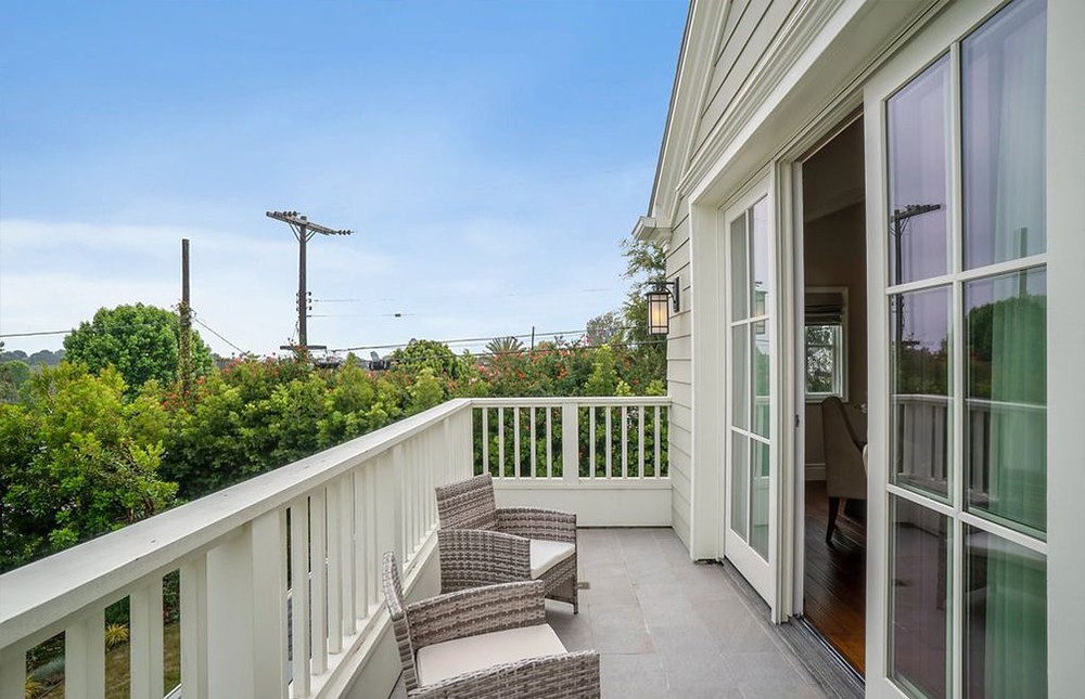 zooey deschanel Zooey Deschanel Sells Manhattan Beach House Zooey Deschanel Sells Manhattan Beach House 9